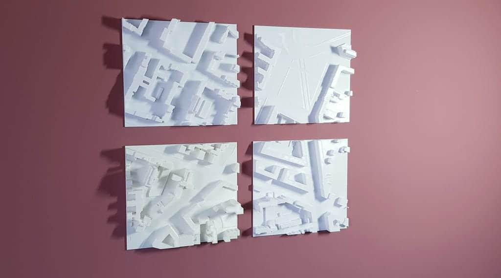 Vier 3D-gedruckte Stadtmodelle an der Wand als Dekoration