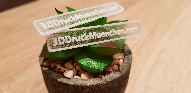 transparenter 3D-Acrylglasdruck mit weißen Schriftzug aus PLA
